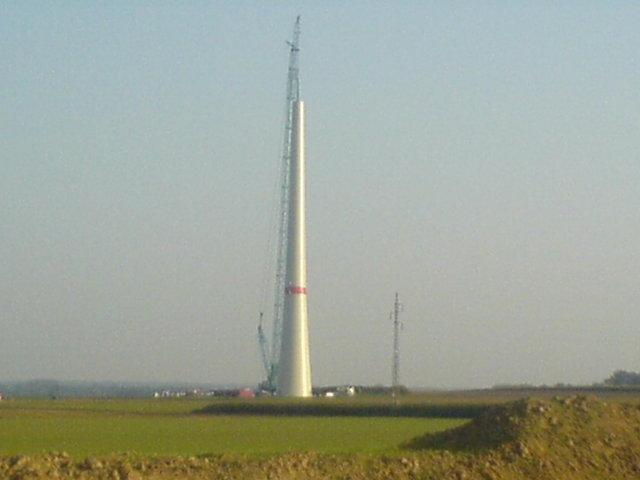 Mast der ersten Windkraftanlage in Etinnes